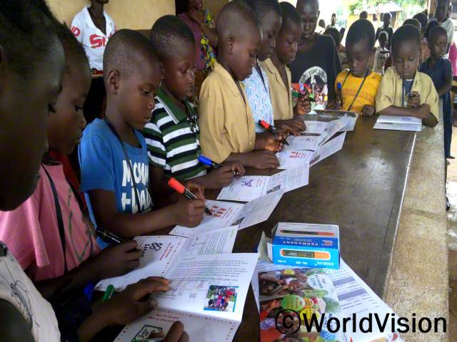 아동들이 후원자님들께 편지를 쓰고 있습니다.년 사진