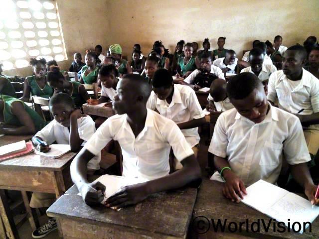 월드비전은 지역사회 아동들의 상급학교 입학시험에 대비하여 교사들의 원격 교육을 지원했습니다.년 사진