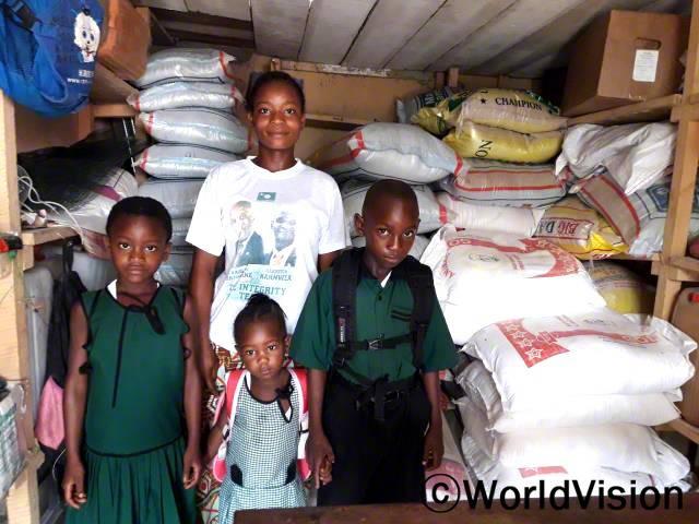 바인두(엄마,흰색 티셔츠)는 지역사회의 저축그룹에 가입한 후로, 자녀들을 잘 돌볼수 있게 되어 감사해요.년 사진