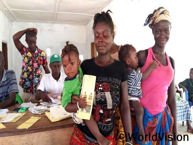 월드비전의 도움으로 마을 아동들이 출생 신고서를 받았습니다.년 사진