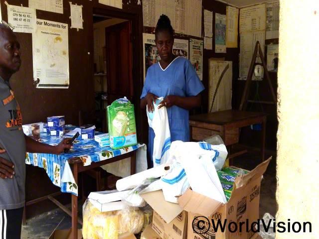 마을 보건소 간호사가 월드비전에서 지원 물품을 받고 있습니다.년 사진