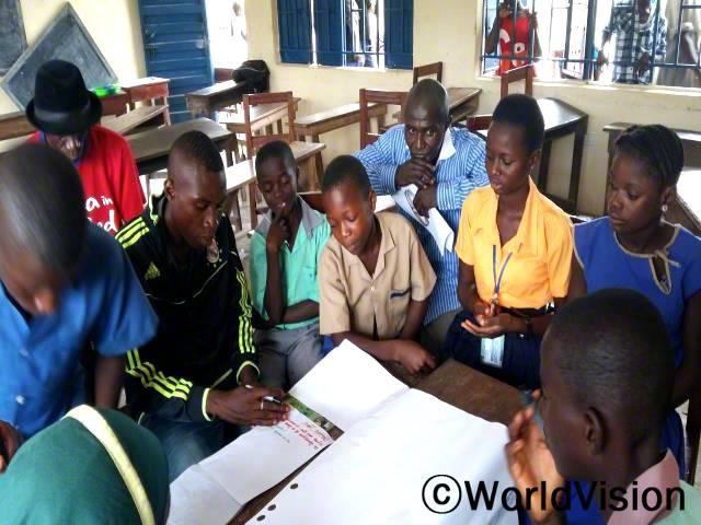 아동 클럽 아이들과 선생님은 아동 성폭력 문제와 해결 방안에 대해 이야기 나누고 있습니다.년 사진