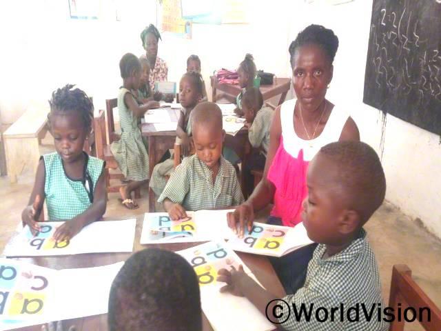 어린이집 선생님들은 아이들이 글자를 잘 읽고 쓸 수 있도록 가르칩니다.년 사진