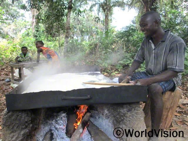 한 가족이 판매할 Garry(카사바가루로 만든 음식)를 만들고 있습니다. 카사바 농사는 이 지역 대부분 가정과 소규모 모임들의 주 수입원입니다. 카사바를 수확하고 가공해서 Garry로 만들어 장에 팔아 수입을 얻습니다.년 사진