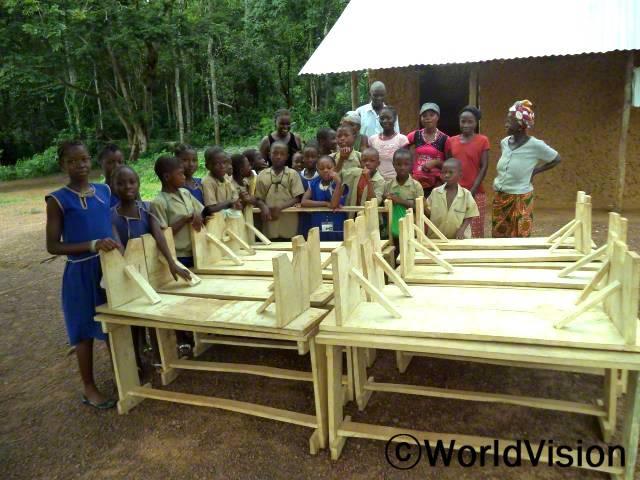 제가 속해있는 저축그룹이 굉장히 성공적으로 운영되어서 수익 중 일부로 자재를 구매하고 책상과 의자를 만들 수 있었어요. 이 물건들은 학교에서 학생들이 공부할 때 사용 될 거에요. -마샤(저축그룹멤버)년 사진