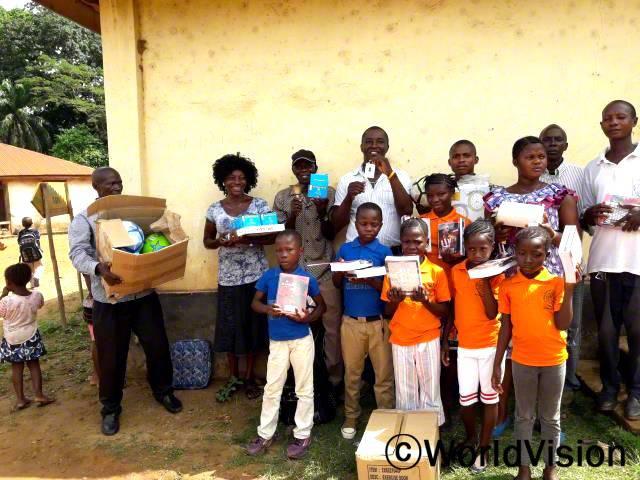 월드비전은 마을 고아원에 놀이 교구와 학습 도구들을 지원했습니다.년 사진