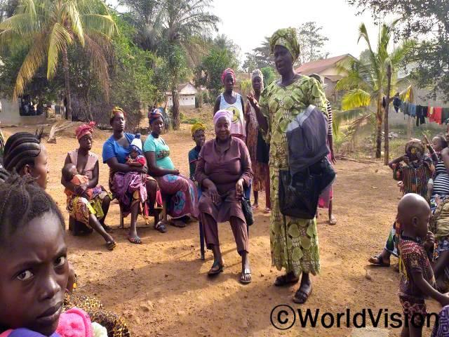 지역 어머니 모임에서 보건 교육을 진행하며 지역에 변화를 만들어 내고 있습니다. 어머니모임 회원들은 작년에 마을 보건소 직원과 함께 교육을 받고, 지금은 임산부와 수유부를 대상으로 말라리아, 폐렴, 설사병 예방 교육을 진행하고 있습니다.년 사진