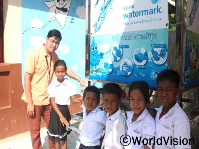 캄보디아 푸옥 지역개발사업장 팀장 속치아 랑씨가 아동들과 함께 있는 모습입니다.년 사진