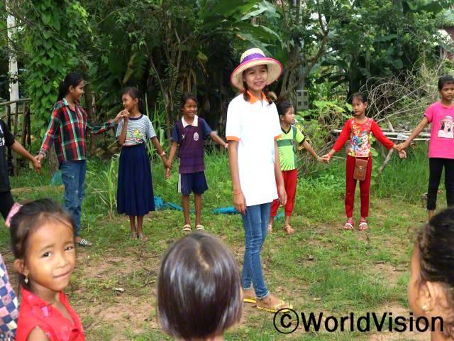활동을 열어 마을 아동들에게 설사를 예방하는 법과 다른 질병들을 예방하는 법을 알려주었어요. 이런 교육 프로젝트를 통해 마을의 모든 아동들이 건강한 습관을 배우고 집에서 실천할 수 있게 되면 좋겠어요. -다브(17세)년 사진