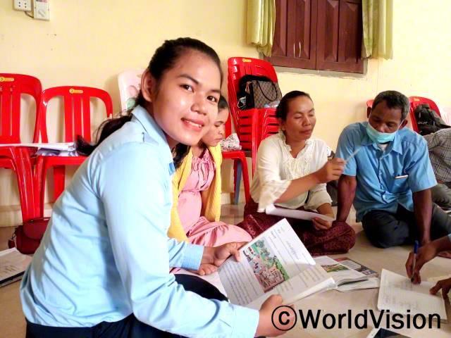 """""""월드비전의 도움으로 교사역량강화 훈련에 참여하여 학습게임을 이용한 교육법을 배울 수 있었어요. 덕분에 이제 아이들은 읽고 쓰는 걸 정말 잘한답니다."""" -킴랑(23세, 선생님)년 사진"""
