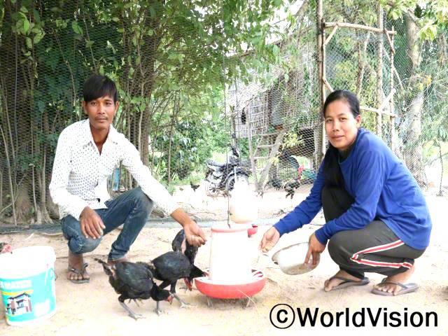 """""""저희 가족을 위해 아낌없이 지원해 주셔서 정말 감사드립니다. 저희는 후원자님 덕분에 닭을 지원받아 키우며 최근에 농사도 지을 수 있게 되었습니다. 이제는 소득이 점차 안정되어 가족의 끼니를 잘 해결할 수 있게 되었답니다."""" -마오(30세)년 사진"""