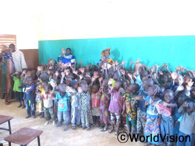 유치원 학생들이 새 유치원을 세워주신 후원자님들께 감사 인사를 드리고 있습니다.년 사진