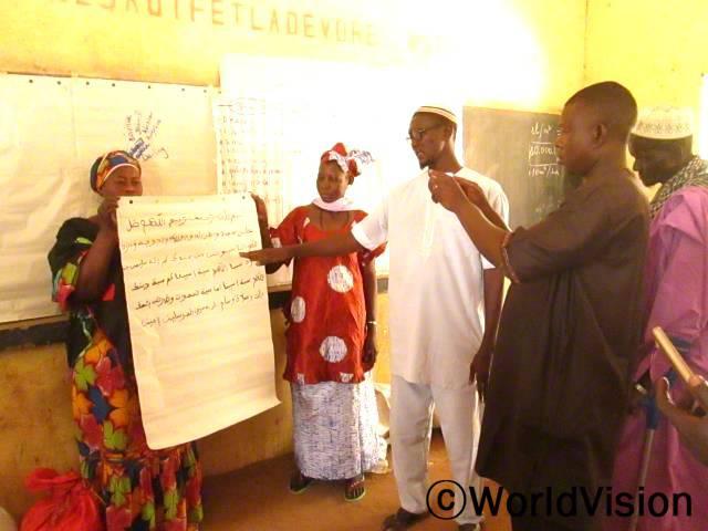 지역사회 가족훈련교육 시간에 디디(교장선생님)가 지역사회 리더들을 대상으로 학교 사업 성과를 발표하고 있습니다.년 사진