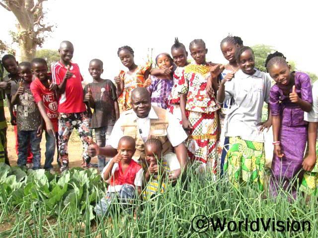 말리 베마 지역개발사업장 팀장 오베드 케이타 씨와 지역사회 아동들입니다.년 사진