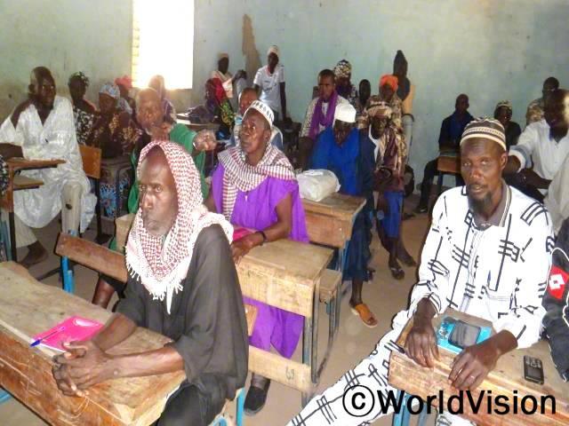 마을 종교 지도자들이 수도를 관리하는 법을 배웠습니다. 교육을 받은 지도자들은 마을에 배운 것을 널리 알렸고, 그 결과 마을 부모들과 아동들이 도움을 받게 되었습니다.년 사진