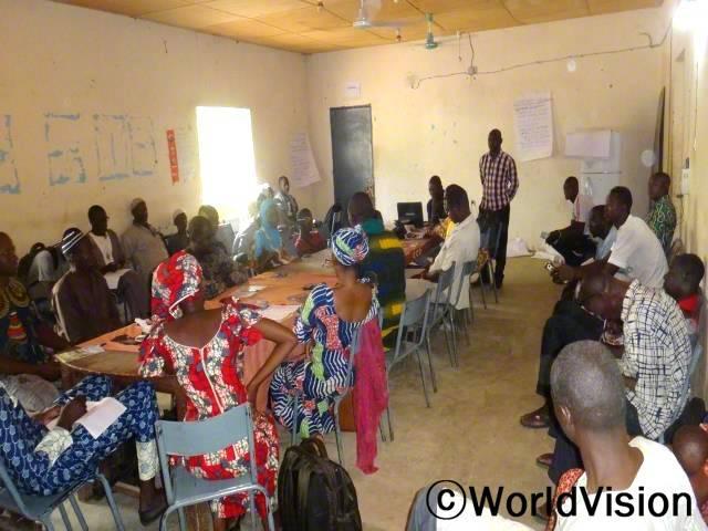 마을 자원봉사자들이 시민 주도형 옹호사업 교육과 식수위생 교육에 참여했습니다. 아동후원사업과 자원봉사자, 주민들의 참여로 아동들이 마을에서 행복하게 지내게 됩니다.년 사진