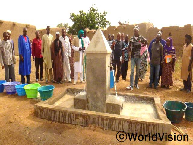 마을 주민들은 월드비전의 도움으로 깨끗한 물을 사용하게 되어 기쁩니다. 깨끗한 수도 덕분에 마을 주민들, 특히나 아동들이 병에 걸리는 일이 줄어들었습니다.년 사진