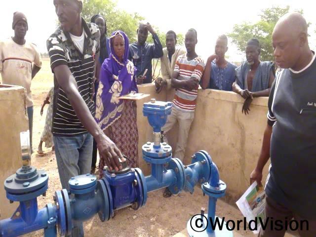 월드비전의 도움으로 마을에 우물이 새로 생겨 기뻐하는 주민들의 모습입니다. 우물이 학교에 설치된 덕분에 선생님들과 아이들이 깨끗한 물을 사용하며 건강하게 지낼 수 있게 되었습니다.년 사진