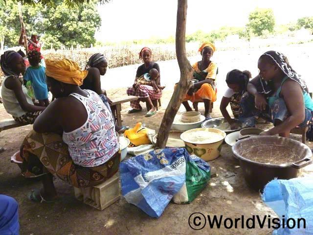 5세 이하 아동들은 이제 많이 건강해졌습니다. 어머니들이 (월드비전을 통해) 훈련받아 더 좋은 곡물가루로 말라리아에 걸린 아이들이 회복할 수 있게 도왔기 때문입니다.년 사진