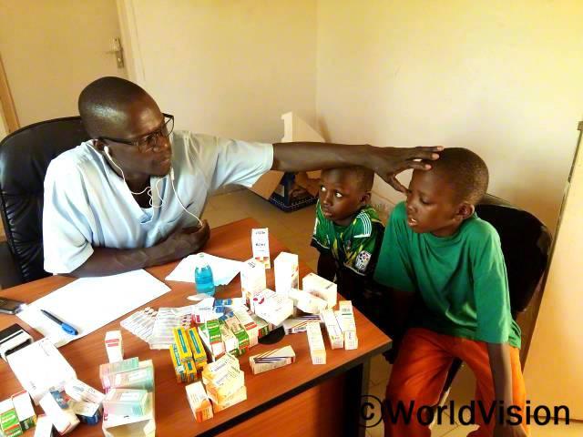 시민운동이 있는 주간에 아동들은 안과 진료를 받았습니다.년 사진