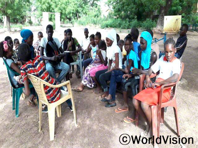 또래 어린이 교사들이 아프리카 아동의 날 행사에서 진행 할 인식 개선 활동을 준비하고 있습니다.년 사진