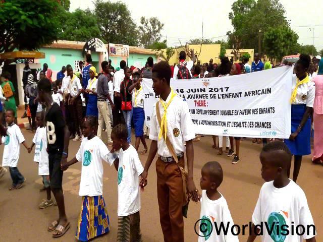 아프리카 아동의 날 행사를 맞아 아동클럽과 스카우트 연맹이 길거리 행진을 실시했습니다.년 사진