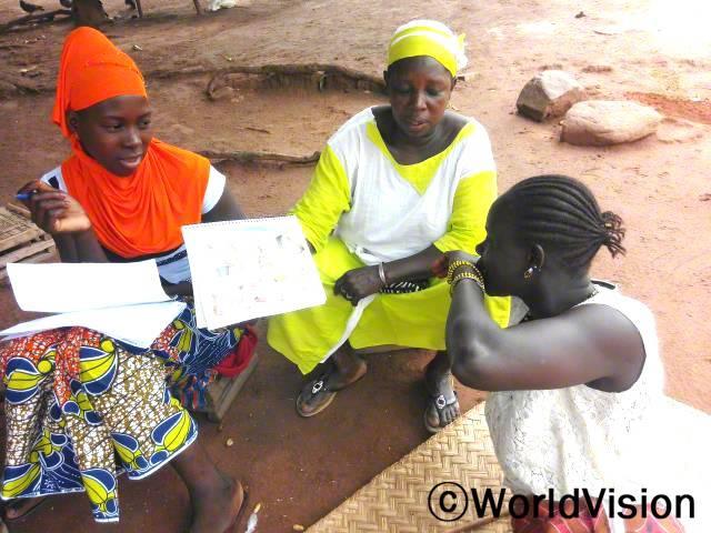 이전에 저는 시어머니로부터 임신이나 출산, 양육에 대한 조언을 듣곤 했어요. 이제 저는 마을의 보건 교육에 참여하여, 중요한 것들을 더 잘 알게 되었어요. -살리마토우(맨 왼쪽)년 사진