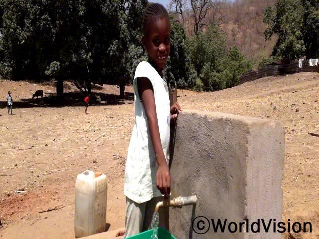 그동안 먼 곳에서 물을 길어왔던 아이들은 이제 집 근처에서 깨끗한 물을 마실 수 있게 됐습니다.년 사진