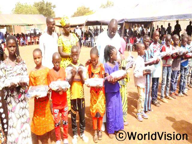 오늘 학교에서는 우수한 성적을 거둔 학생들을 대상으로 선물 전달식을 진행하였습니다.년 사진