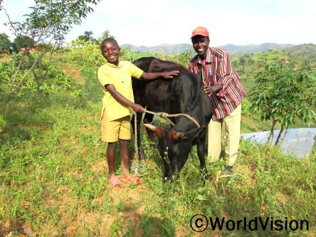 """한 결연 아동의 가족은 아동의 후원자님으로부터 소 한 마리를 선물 받았습니다.""""월드비전을 통해 받은 이 소는 우리 아이들이 마실 우유를 만들어주고, 소 배설물로 만든 거름으로 수확량도 많이 늘어났어요."""" 아동의 아버지, 스티븐씨(45세)가 말했습니다.년 사진"""