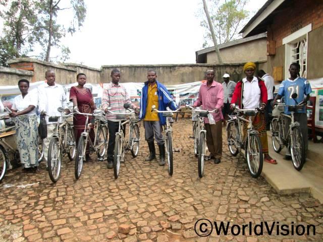 """결연아동관리를 담당하고 있는 아동결연담당 활동가들이 결연사업 관련해서 보고하고 결연아동을 관리하는데 유용하게 쓰일 자전거를 지원받았습니다. """"월드비전이 지원해 준 자전거를 이용하면 결연아동들을 수월하게 만날 수 있고 결연아동 모니터링 시간도 단축될 것입니다."""" 활동가모임 회장의 말입니다.년 사진"""