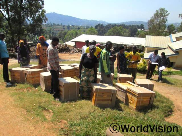 """월드비전은 지속 가능한 가축사업의 일환으로 지역민들이 더 많은 꿀을 생산할 수 있도록 벌통을 지원했습니다.""""월드비전이 지원해 준 벌통으로 더 많은 양의 꿀을 생산해서 더 많은 수입을 올릴 거예요. 그렇게 되면 우리 생활도 점점 좋아질 겁니다."""" 라고 피더(38세) 씨는 말합니다.년 사진"""
