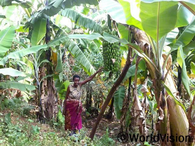 먹을 음식이 충분하지 않았는데 월드비전에서 주신 바나나 씨앗 덕분에 가족들의 건강을 지킬 수 있었어요.  어머니인 마리(36세)씨의 말입니다.년 사진