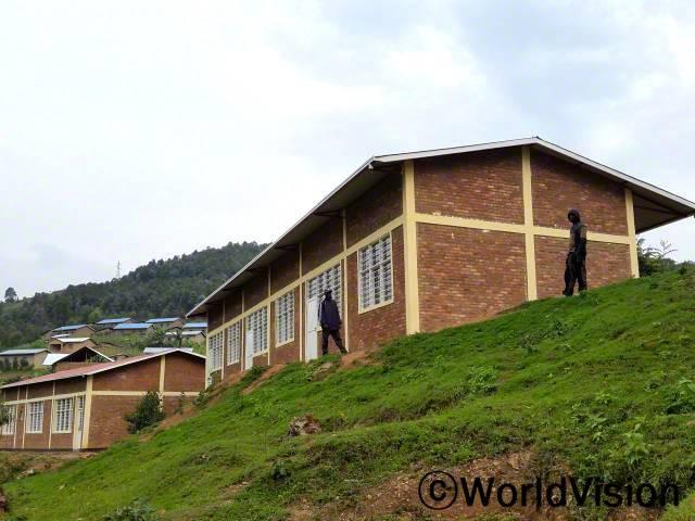 저는 새로운 초등학교가 지어져서 너무 행복해요. 이제 제 아이들은 학교를 가기 위해 먼 길을 걸어가지 않아도 돼요. -쟌비에(아버지, 왼쪽)년 사진