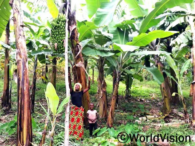 개선된 바나나 모종과 새로운 농법은 엄마 찬탈(왼쪽)의 수입 증가에 도움이 되었어요.년 사진
