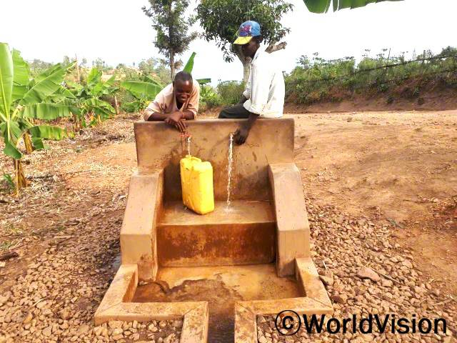 식수 공급이 어려웠던 세 마을에 물을 공급할 수 있는 수도 시설이 생겼어요. 수도관이 설치되기 전에는 지역사회 주민들이 호수에서 물을 길러와야 했어요. 그래서 수인성 질병에 걸리기도 하고, 물을 긷느라 아이들은 학교에 자주 늦기도 했어요.년 사진