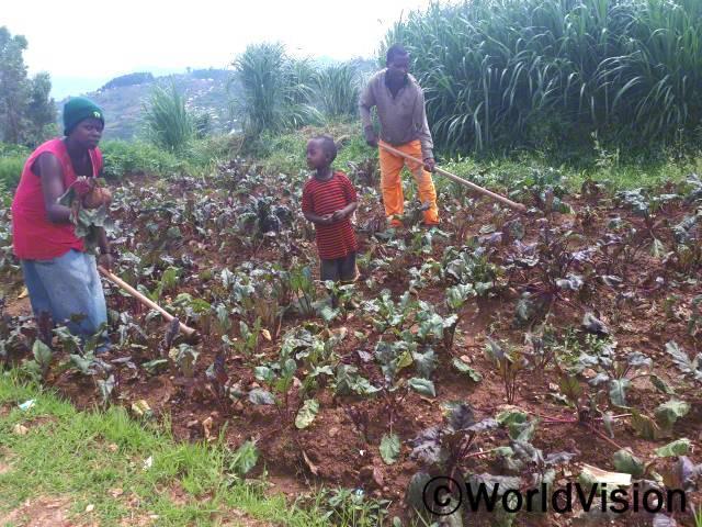 """""""저희 가족은 월드비전의 도움으로 씨앗 종자와 농업 기술 훈련을 받아 올해 채소 재배에 성공했어요. 그 중에 철분이 풍부한 비트는 가족을 더욱 건강하게 지켜주고 생계 유지에도 도움이 되고 있답니다."""" -다리아년 사진"""