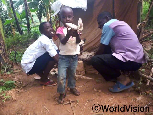"""""""월드비전의 도움으로 영양교육과 버섯을 지원받아 올해 수확의 기쁨을 얻을 수 있었습니다. 덕분에 소득이 점차 안정되어 아이들의 끼니를 잘 챙길 수 있게 되었답니다."""" -에드슨년 사진"""