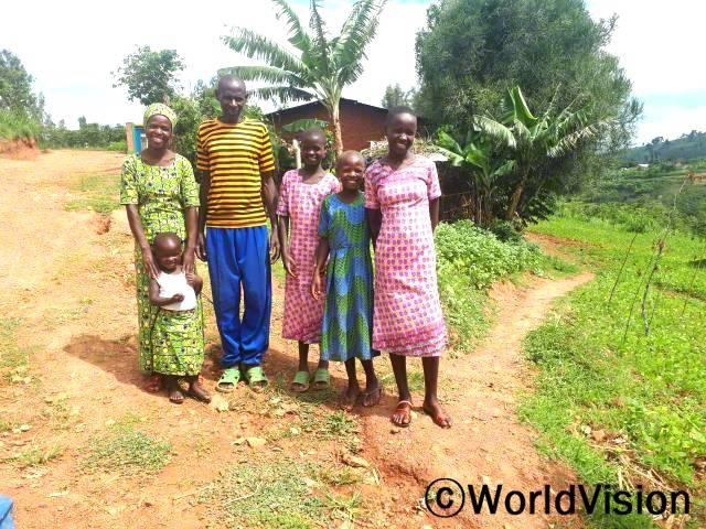 가족 역량 강화 모임에 참여하여 긍정적인 영향을 받은 한 가정의 모습이에요.년 사진