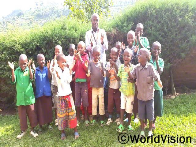 르완다 음웨지 지역개발사업장 팀장 레온 루랑와르완다씨와 지역아동들의 모습입니다.년 사진