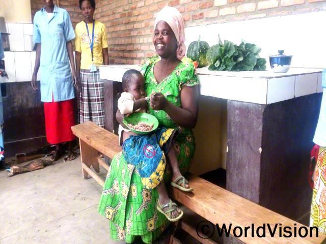 마리(녹색 드레스)는 콩고 보건센터가 리모델링하여 아이를 더 잘 돌볼 수 있게 되어 매우 기쁩니다.년 사진