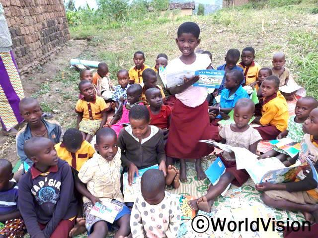 월드비전이 저희 학교를 지원하여 독서클럽이 생겼고 그 곳을 다니기 시작한 후로, 저는 읽는 법에 대해 배워 정말 기뻐요. -카린(6세)년 사진
