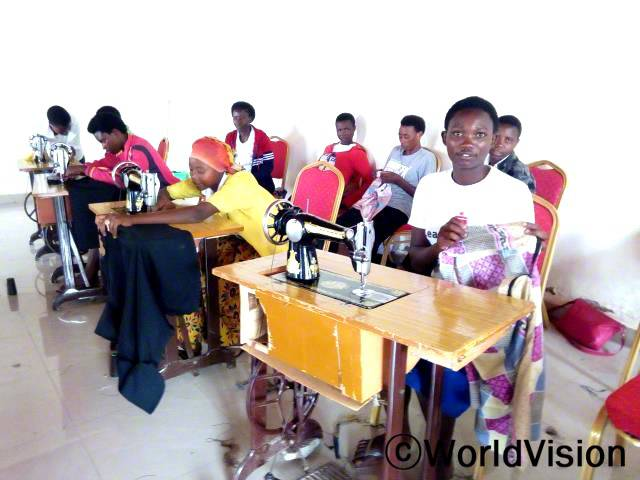 월드비전의 지원으로 청소년들이 마을 지식센터에서 창업, 일자리 창출과 연계한 재봉 교육을 받습니다.년 사진