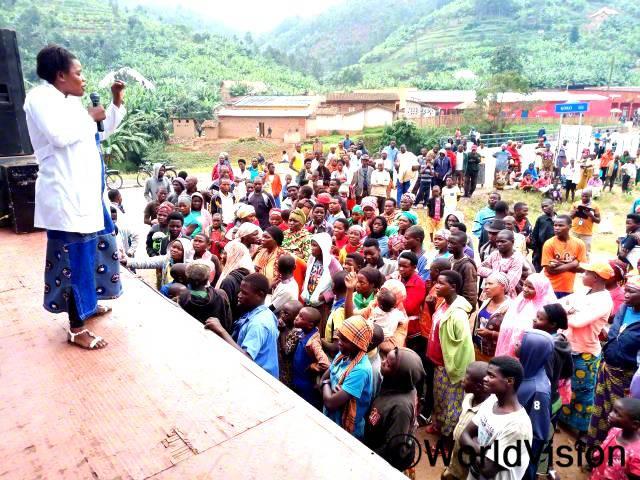 월드비전과 지자체가 협력하여 지원해준 덕분에, 마을 주민들에게 가족계획과 산후조리의 중요성을 말하고 교육할 기회를 가졌어요.교육을 들으려고 주민 200명 이상이 이곳에 모였답니다. - 지떼레세(37세)년 사진