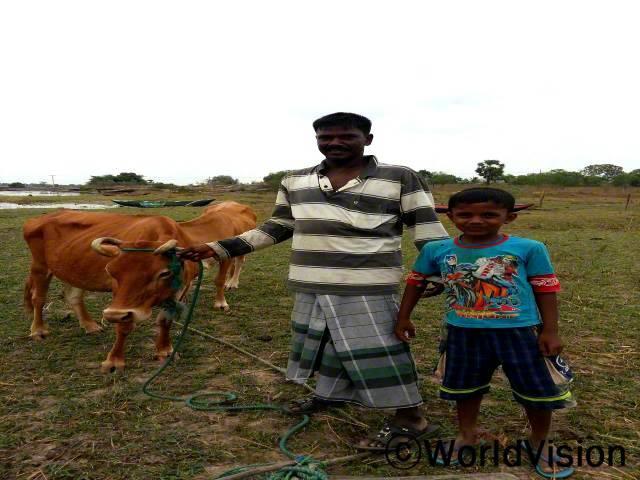 이제는 제가 가진 소들로 수입을 낼 수 있게 되었습니다. 자녀들의 교육에도 보탬이 되고 하루하루 생활하기에 적절한 수입도 생겼습니다. - 파라빈(7세)의 아버지 린가렛남, 35세년 사진