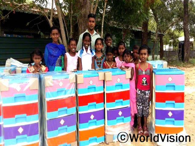 스리랑카 바하라이 지역개발사업장 팀장 보니 저스틴 빈센트 씨가 지역사회 아동들과 함께 있는 모습입니다.년 사진