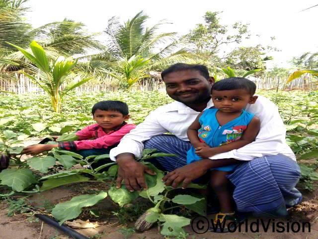 수입이 너무 적어서 자식들을 부양하는게 힘들었어요. 자연농법 덕분에 수입이 늘고는 아이들을 먹이고 교육 시킬 수 있게 됐죠. 저는 자연농법으로 채소를 길러요. -시바네산(34세, 두 아동의 아빠)년 사진