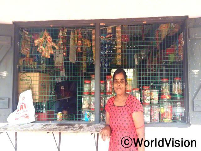 이 작은 상점 덕분에 아이들의 교육비도 내고 아이들이 배우는 걸 뒷바라지 할 수 있게 됐어요. -제야프리야(30세)년 사진