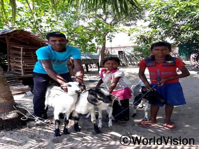 저는 염소와 염소유를 팔아 소득을 벌고 있어요. 수입으로 가족들 끼니도 해결하고, 아이들 교육비도 지원해요. - 요가레띠남(40세, 자녀들과 함께 서 있는 아버지)년 사진