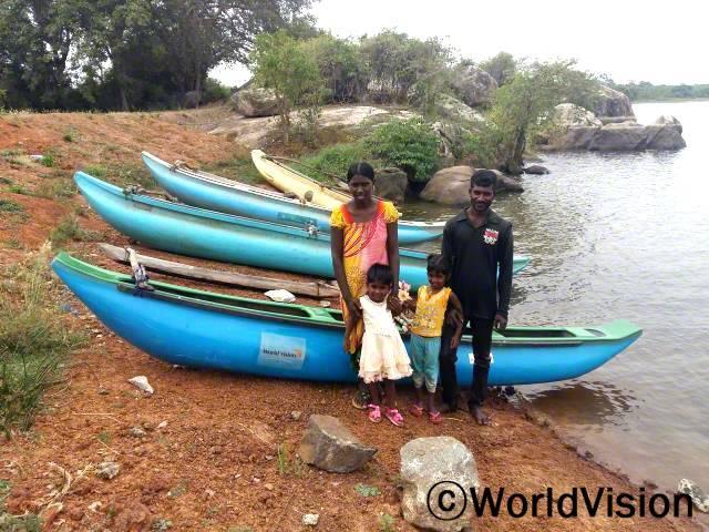 """""""매일 호수에서 낚시와 꽃게잡이를 하며, 소득 창출에 자신감이 생겼어요.이제 가족 생계를 책임질 수  있어요."""" - 푸바네띠란(27세, 아내와 두 아이와 함께 배 앞에 서 있는 사람)년 사진"""